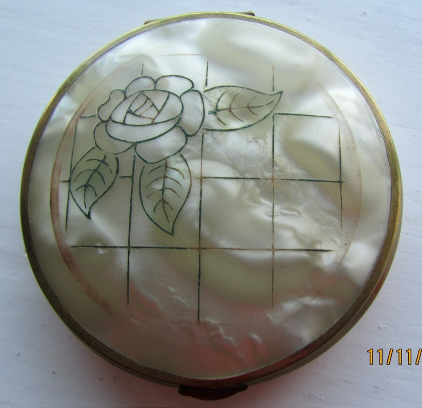 1920-30s plastic compact with an integral sifter