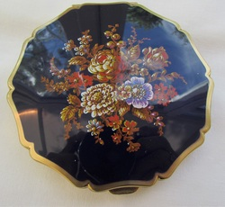 Stratton Hunting Scene Compact , Compact Clinic, Geoff Craven, Powder Compact Repairs, restoration, Vintage Powder Compacts, Repair, Restoration, Mirror, Hinge, Catch, Re-Lacquering, Re-Silvering, Stratton, Kigu, Collectors, Vanity, dealers, Geoff Craven, Margaret Craven, Workshop, The Compact Clinic, art deco, Antique Fairs, broken mirrors, damaged hinges